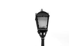 在白色背景的老街道路灯柱特写镜头 免版税库存图片