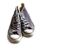 在白色背景的老被佩带的运动鞋 图库摄影