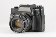 在白色背景的老黑影片SLR照相机 库存图片