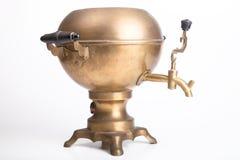 在白色背景的老黄铜俄国式茶炊 库存图片