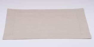 在白色背景的自然亚麻布餐巾 免版税库存图片