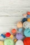 在白色背景的色的毛线 毛纱丝球编织的 不同的颜色羊毛球手工制造的 免版税库存照片