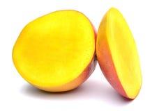 在白色背景的芒果果子 库存照片