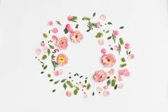 在白色背景的花卉圆的框架 平的位置,顶视图 Orna 库存图片