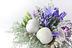 在白色背景的花花束 免版税库存图片
