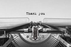 在白色背景的葡萄酒老打字机与文本感谢您 关闭 库存图片