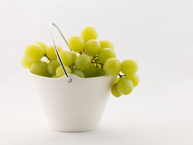 在白色背景的葡萄 库存图片