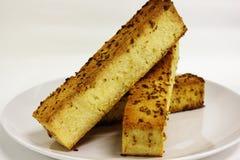 在白色背景的蒜味面包 库存图片