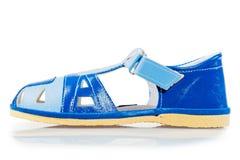 在白色背景的蓝色凉鞋特写镜头 免版税库存图片