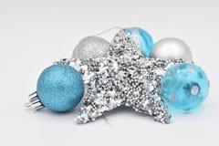在白色背景的蓝色和白色圣诞节电灯泡 库存图片