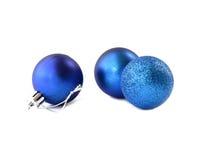 在白色背景的蓝色圣诞节球孤立 免版税图库摄影