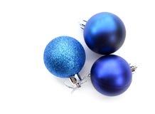 在白色背景的蓝色圣诞节球孤立 免版税库存照片