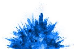 在白色背景的蓝色粉末爆炸 色的云彩 免版税库存图片