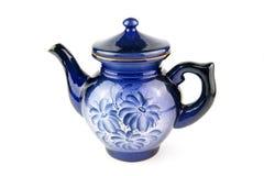 在白色背景的蓝色陶瓷茶壶 免版税图库摄影