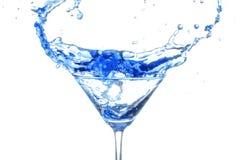 在白色背景的蓝色鸡尾酒飞溅 库存照片