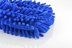 在白色背景的蓝色洗车手套 库存照片