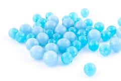 在白色背景的蓝绿色自然水晶宝石 免版税库存照片