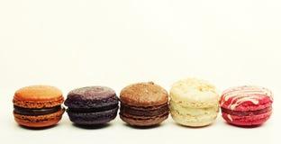 在白色背景的蛋白杏仁饼干 库存图片