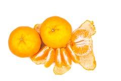 在白色背景的被剥皮的甜和水多的橘子 库存照片