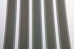 在白色背景的被展开的被暴露的35mm影片小条 免版税图库摄影