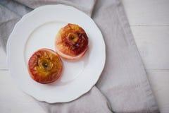 在白色背景的被烘烤的苹果 免版税图库摄影