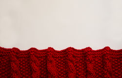在白色背景的被编织的红色毯子与拷贝空间 免版税库存图片