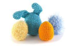 被编织的颜色鸡蛋 免版税库存图片