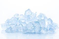在白色背景的被击碎的冰 免版税库存照片