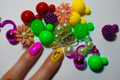 在白色背景的许多多彩多姿的耳环,以金属和塑料的形式球和颜色 免版税图库摄影