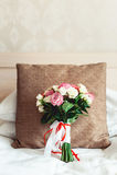 在白色背景的豪华婚礼花束在棕色枕头 库存照片