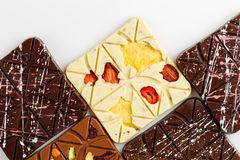 在白色背景的豪华手工制造巧克力块 免版税图库摄影