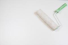 在白色背景的路辗和画笔 掠过漆滚筒工具 免版税库存图片
