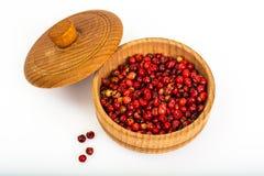 在白色背景的辣香料桃红色胡椒豌豆 库存图片