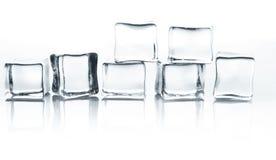 在白色背景的透明冰块小组用水下降 库存照片