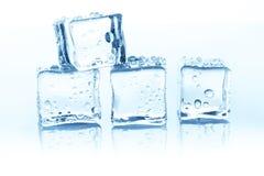 在白色背景的透明冰块小组用水下降 免版税图库摄影
