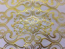 在白色背景的金黄花纹花样照片 免版税库存照片