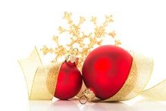 在白色背景的金黄和红色圣诞节装饰品 圣诞快乐看板卡 免版税库存图片
