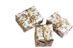 在白色背景的金黄礼物盒 免版税库存照片