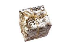 在白色背景的金黄礼物盒 库存照片