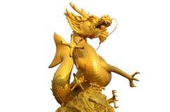 在白色背景的金黄gragon雕象 库存图片