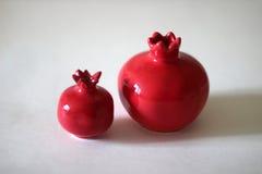 在白色背景的陶瓷红色pomergranates 库存照片
