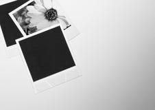 在白色背景的静物画减速火箭葡萄酒三立即照片框架卡片与花照片在黑白的 库存照片
