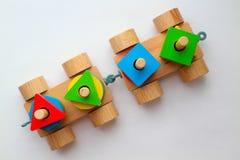 在白色背景的顶视图木火车 玩具五颜六色的细节引起婴孩的注意 图库摄影