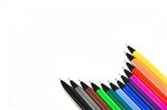 在白色背景的颜色笔 库存照片
