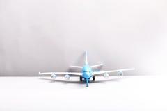 在白色背景的飞机 库存图片