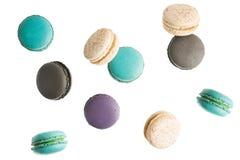 在白色背景的飞行的五颜六色的macarons 最小的样式,创造性的点心 图库摄影