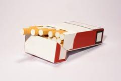 在白色背景的香烟组装 库存照片
