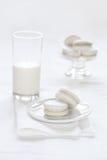 在白色背景的香草Macarons 免版税图库摄影