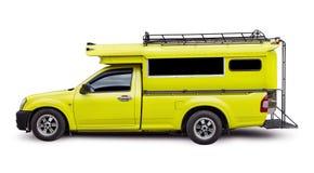 在白色背景的黄色小巴旅行 免版税库存图片