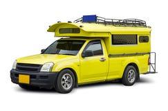 在白色背景的黄色小巴旅行 免版税库存照片